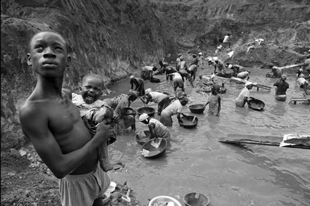 Slave-children-Goldmining-in-water