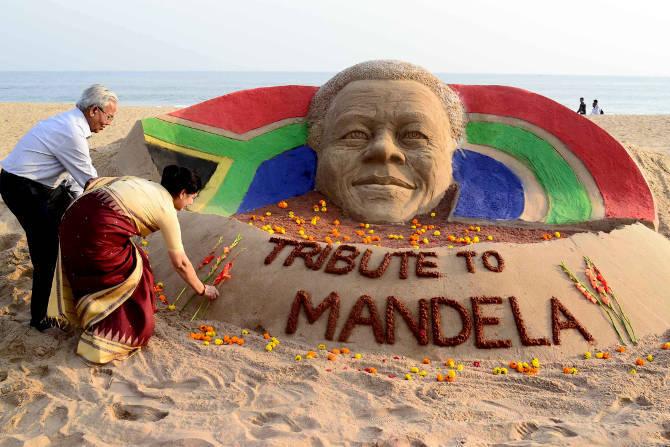 sand sculpture tribute to nelson mandela