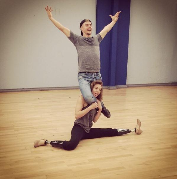 amy purdy lifts dancing with the stars partner derek hough