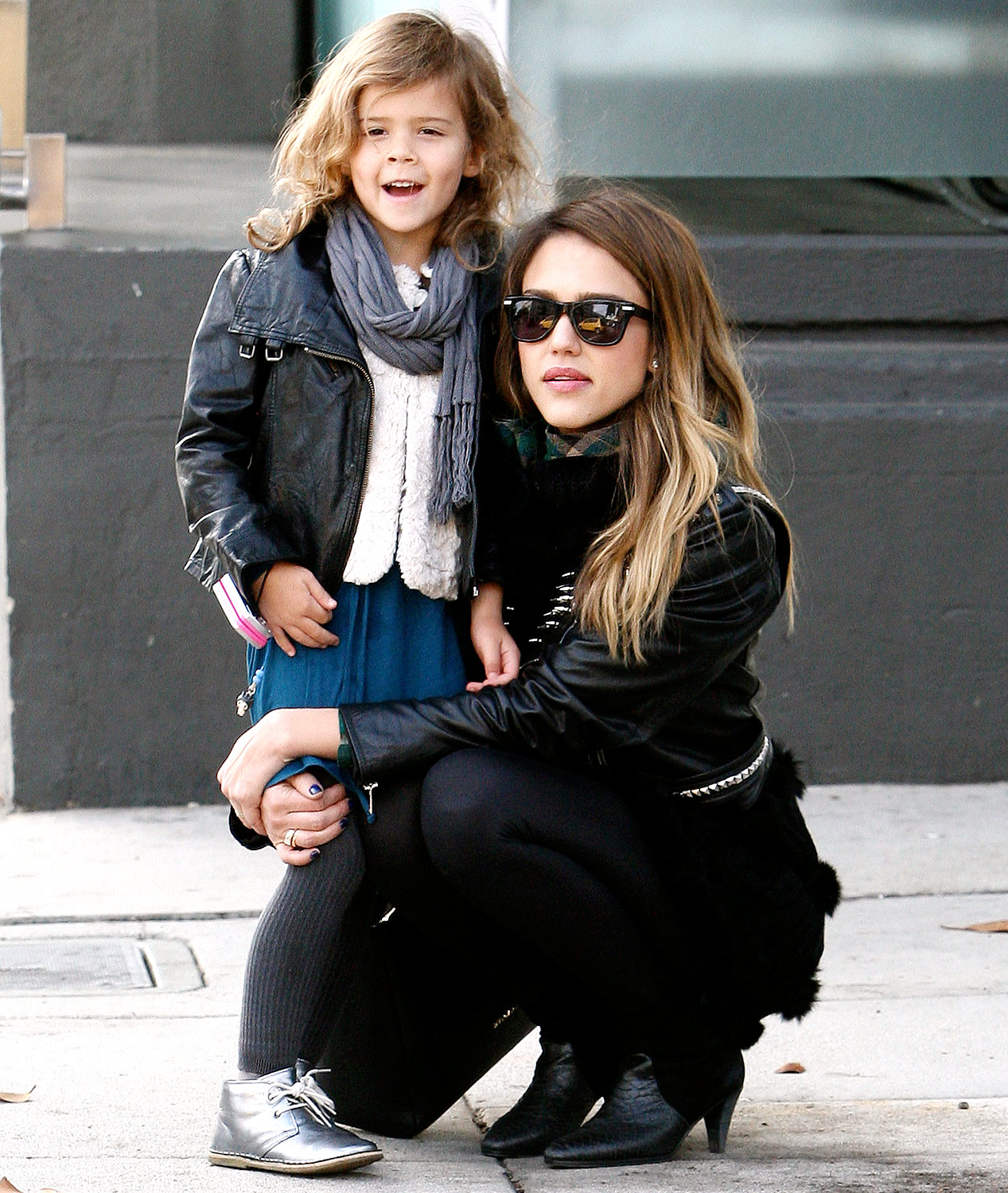jessica alba holding her daughter honor