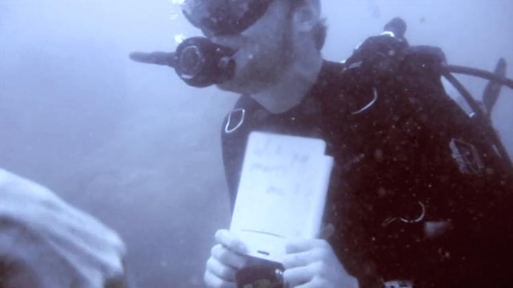Quest Henkhart proposes underwater to girlfriend