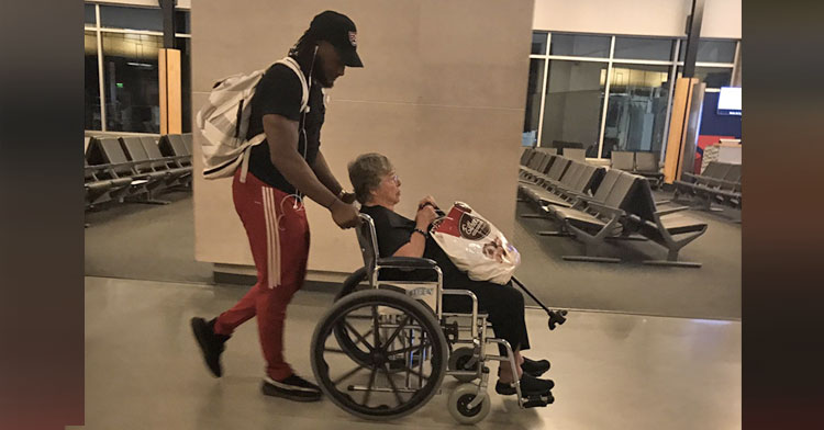 Amazing Nfl Player Helps Stranded Elderly Lady At Airport Inspiremore Download Free Architecture Designs Itiscsunscenecom