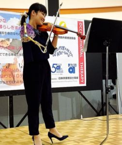 manami ito playing violin