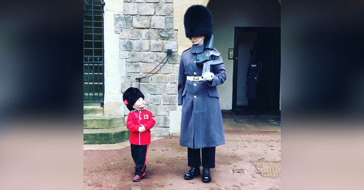 "Queen's Guard Breaks All The Rules To Pose For Photo With 4-Yr-Old ""Soldier."""