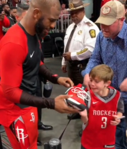 chris pauls gives shoes to fan
