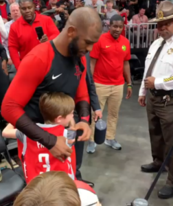 chris paul hugs fan