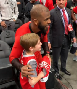 chris paul takes photo with fan