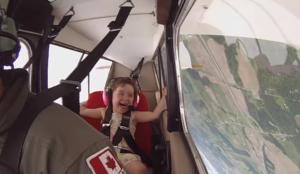 Léa loves flying upside down