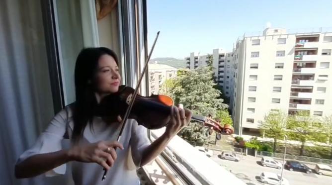 lisa plays violin