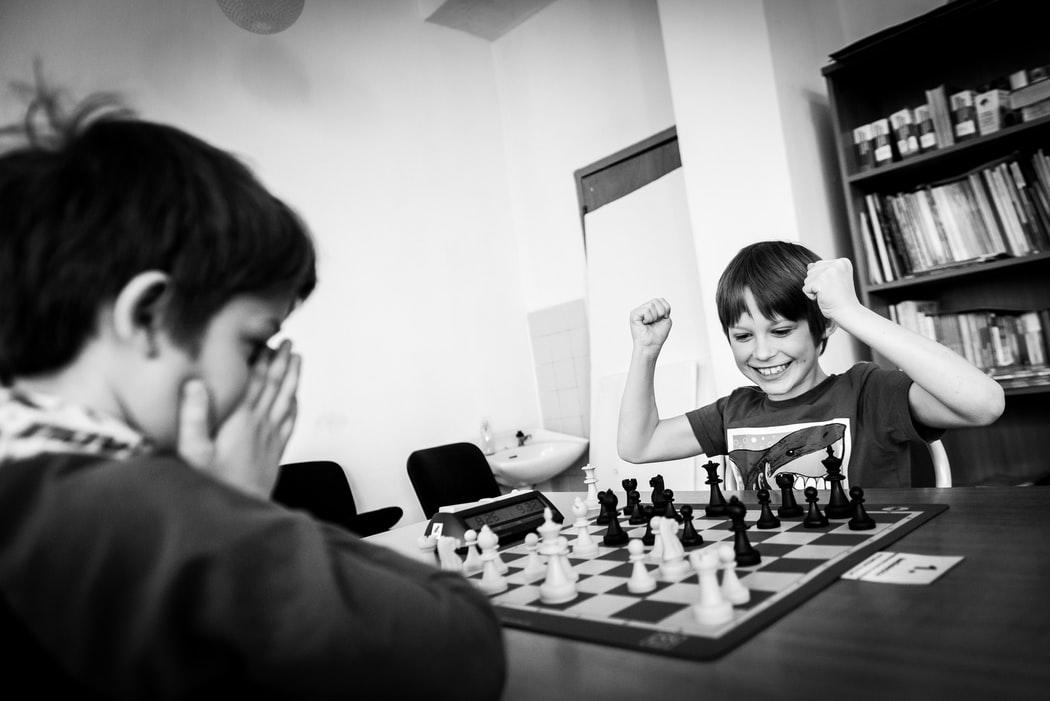 kids play chess